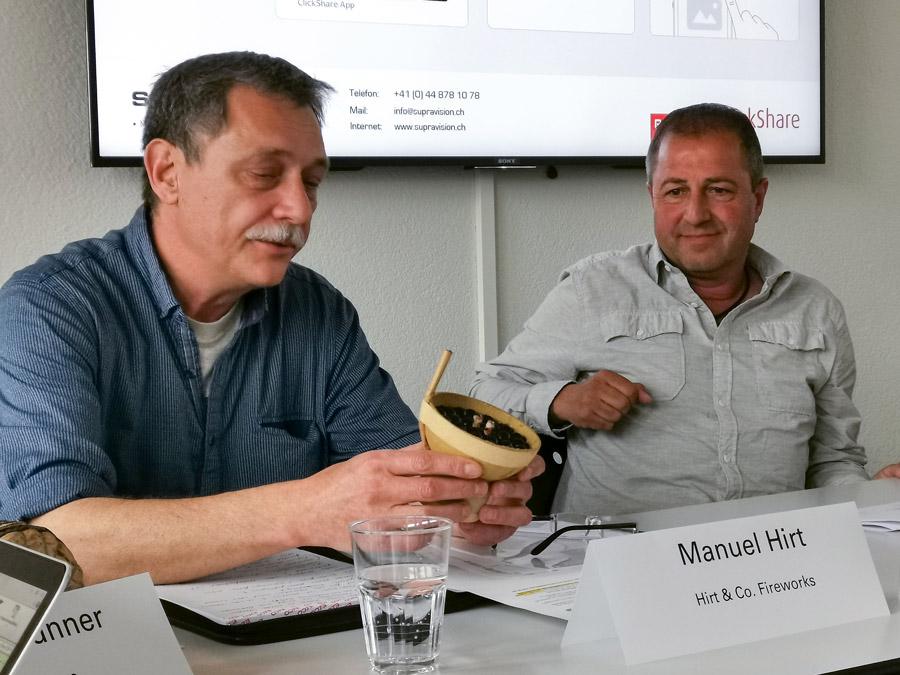 Manuel Hirt und Rolf Uhler Junior mit einem Feuerwerkssprengkörper