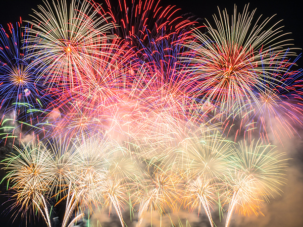 Feuerwerk in leuchtenden Farben