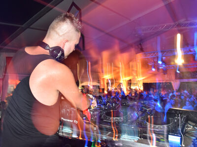 Ein DJ am DJ-Pult