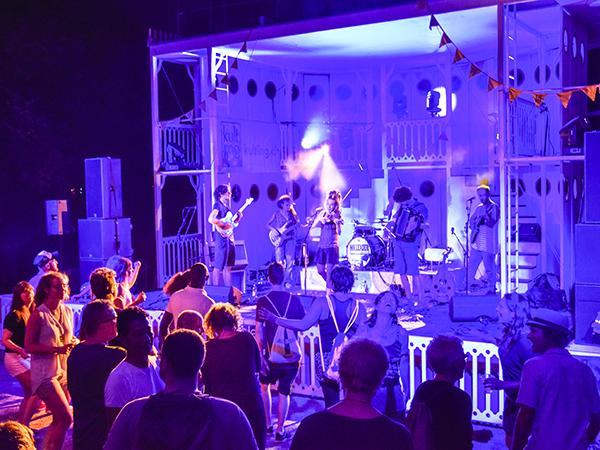 Eine Band spielt auf der Bühne